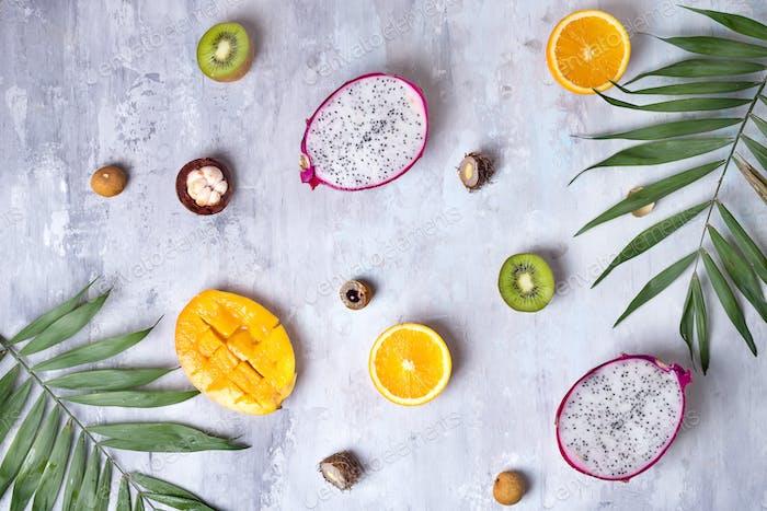 Tropische Früchte Sortiment auf einem Stein hellen Hintergrund Muster. Draufsicht. Kopierbereich
