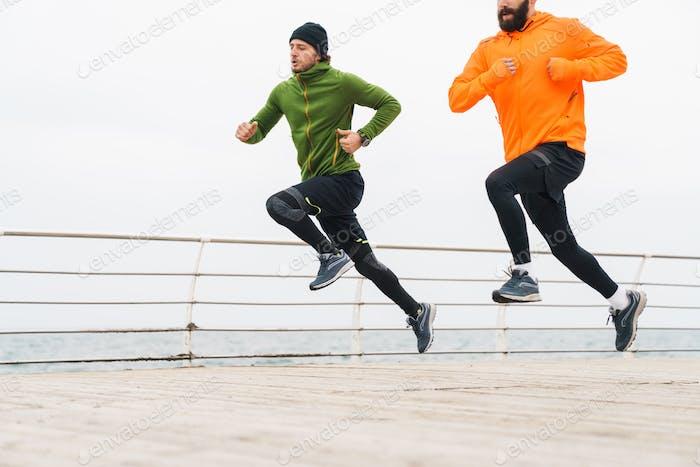 Zwei motivierte junge Sportler Joggen im Freien