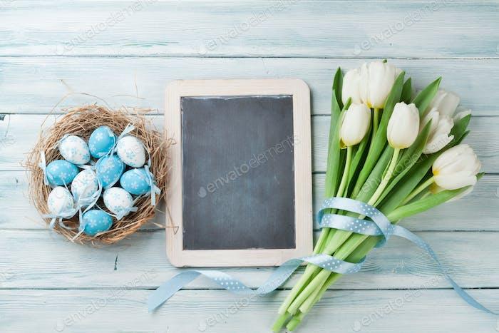 Ostereier, Tafel und weiße Tulpen