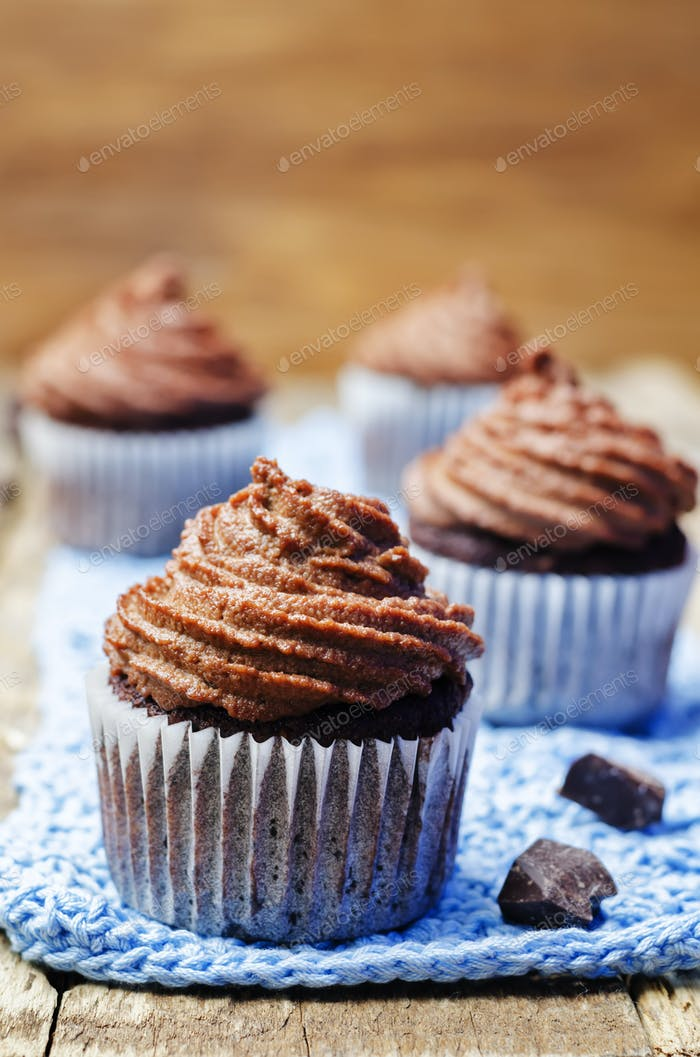 Vegan chocolate banana cupcakes with chocolate cashew cream fros