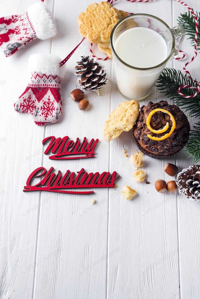 Schokoladenmuffins mit Krug mit Milch