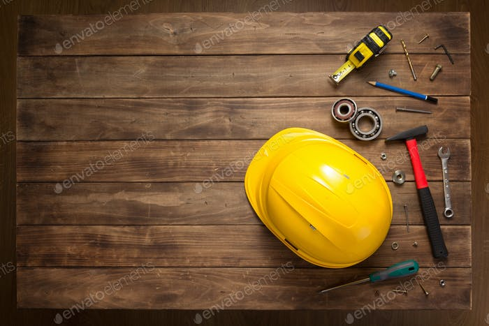 Satz von Werkzeugen und Instrumenten am Holztisch