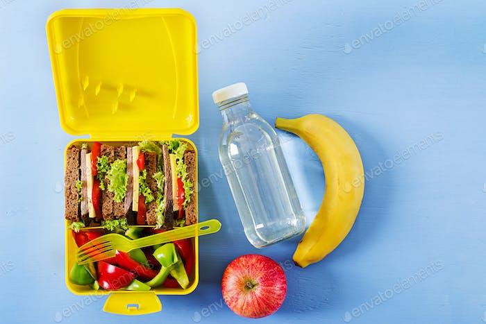 Gesunde Schule Lunchbox mit Rindfleisch Sandwich und frischem Gemüse