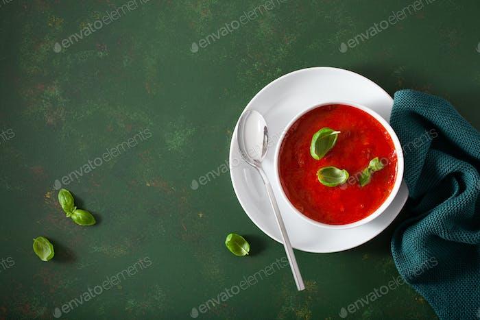 Thumbnail for Tomaten und Paprika vegetarische Suppe auf grünem Hintergrund
