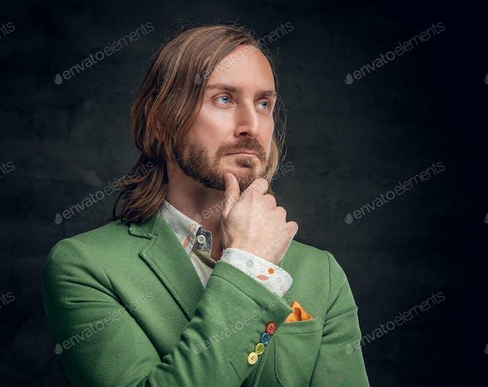 Ein Mann, der in einer grünen Jacke gekleidet ist.