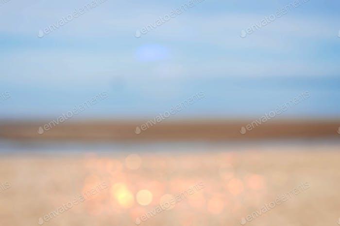 Meer mit verschwommenem Hintergrund