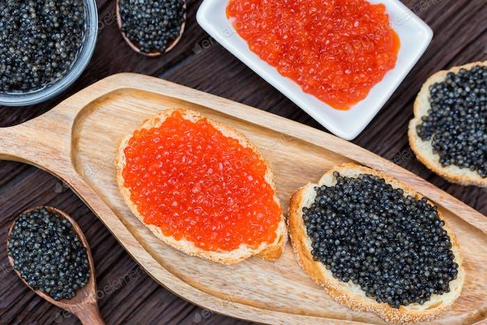 Sandwiches mit schwarzem Stör und rotem Lachskaviar Nahaufnahme