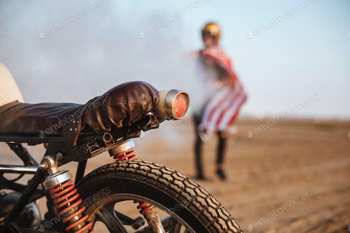 Nahaufnahme von Motorrad-Rad und Taschenlampen