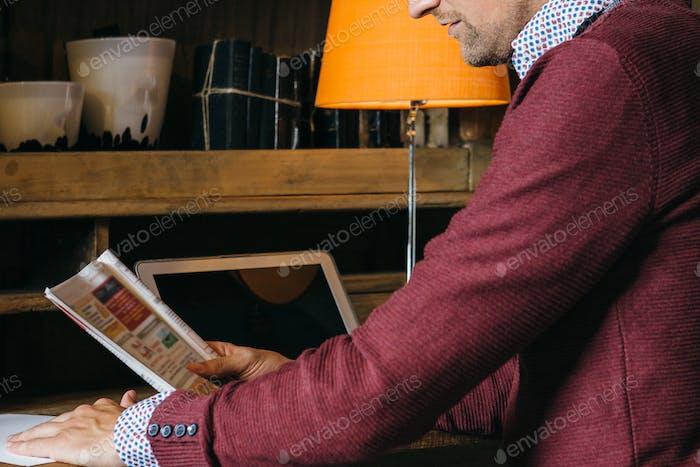 Revista de lectura del Hombre joven de la cosecha