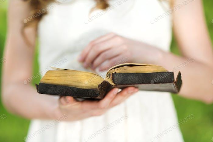 Schöne Frau mit Bibel