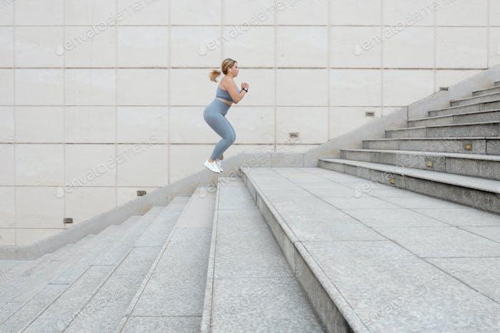 Deportista saltando por las escaleras