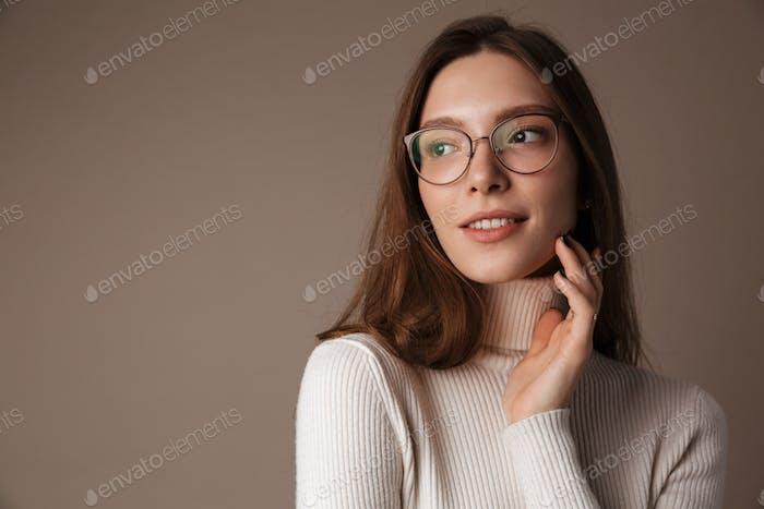 Foto von erfreut schöne Frau beiseite schauen und lächelnd