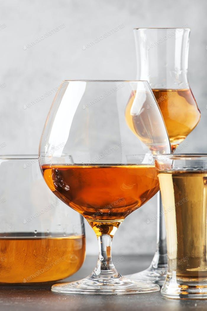Set von harten alkoholischen Getränken und Spirituosen in Gläsern im Sortiment
