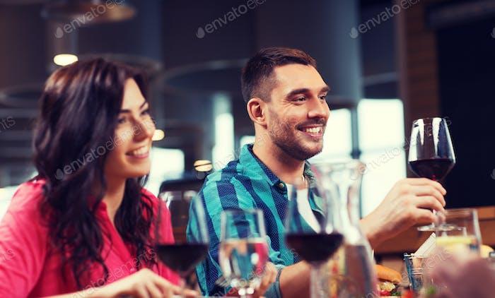 Freunde klingeln Gläser Wein im Restaurant