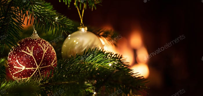 Weihnachtsbaum Nahaufnahme auf unschärfe leuchtenden Feuerhintergrund