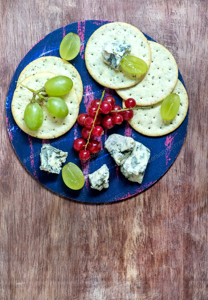 Blue cheese and crackers with fruits