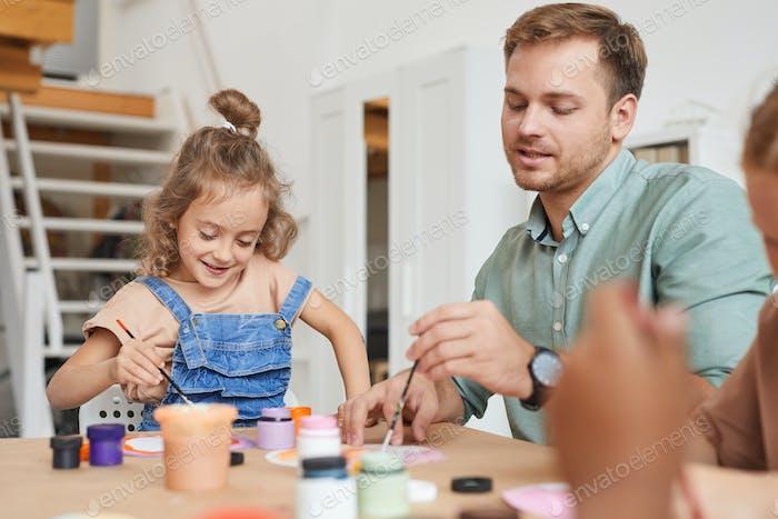 Mädchen genießen Paining in Kunst und Handwerk Klasse