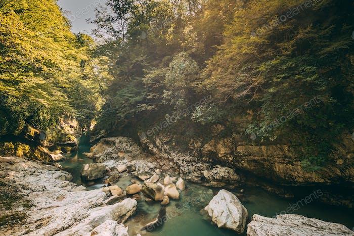 Martvili Canyon, Georgia. Landschaft Abasha Fluss. Natürliches Monume