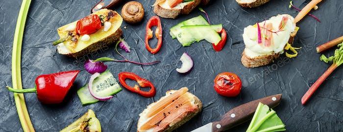 Bruschetta mit gegrilltem Gemüse.
