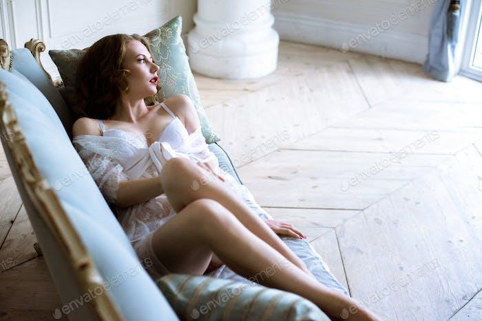 hermosa sexy señora en elegante blanco túnica