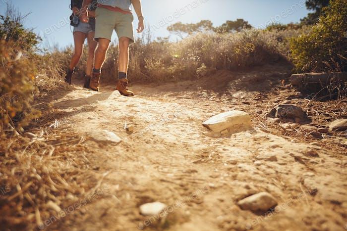 Zwei Personen wandern auf einem Feldweg