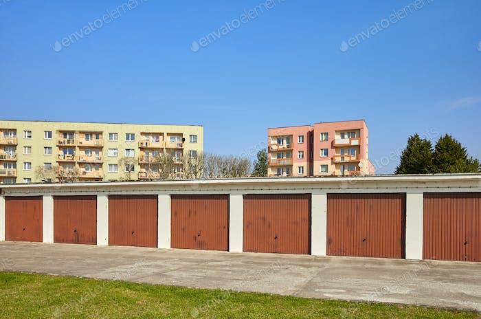 Garagen mit geschlossenen Toren in einer Wohngegend.