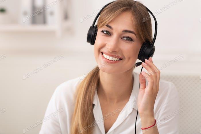 Lächelnde Frau im Headset Arbeiten in Call Center Büro