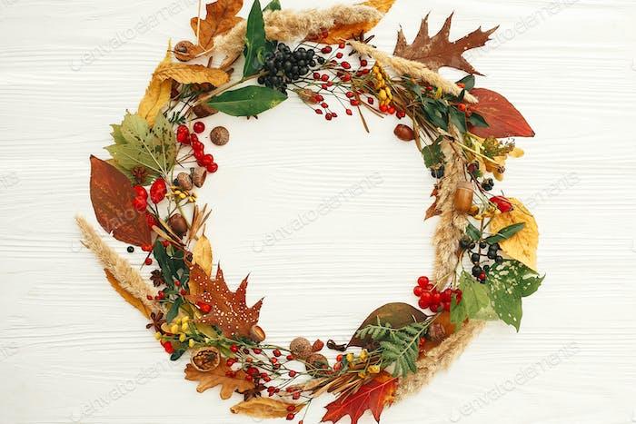 Herbstflache lag. Herbstkranz von Herbstblättern, roten Beeren, Eicheln, Anis