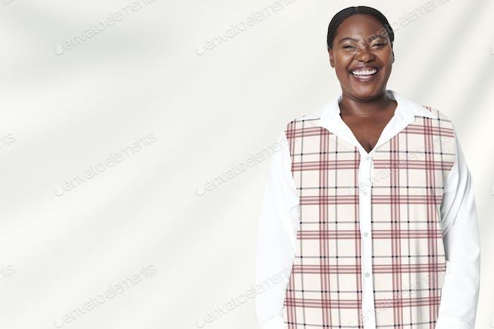 Plus Size Woman Modell weiß kariertes Hemd Bekleidung
