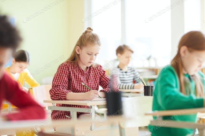 Schulkinder füllen Testblank bei Prüfung