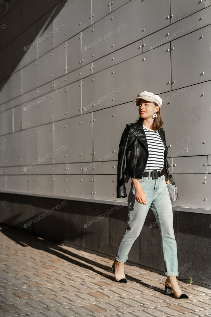 Hermosa chica con estilo en la pared