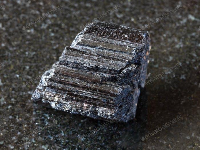 Kristall aus schwarzem Turmalin (Schorl) auf dunkel