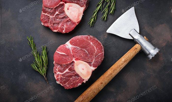 Rohfleisch osso buco und Metzgeraxt