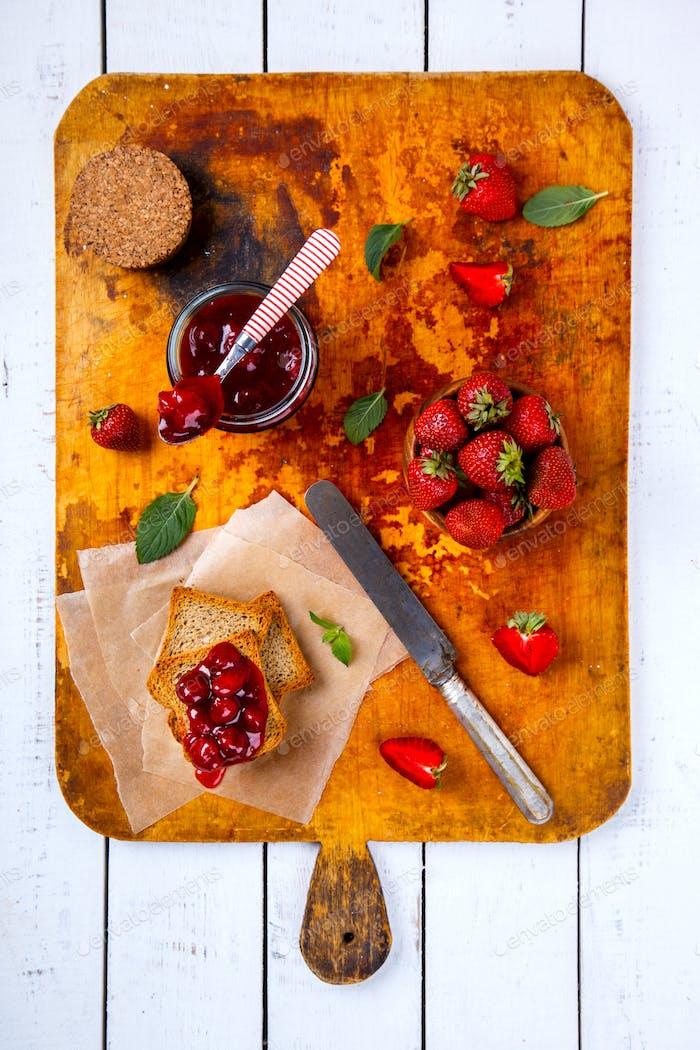 Toast Erdbeermarmelade.Vorspeise