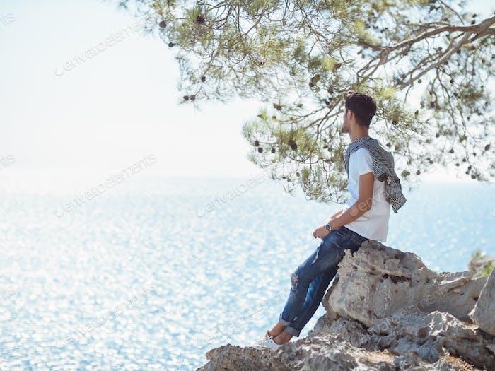 Mann Reisende in der Nähe des Meeres