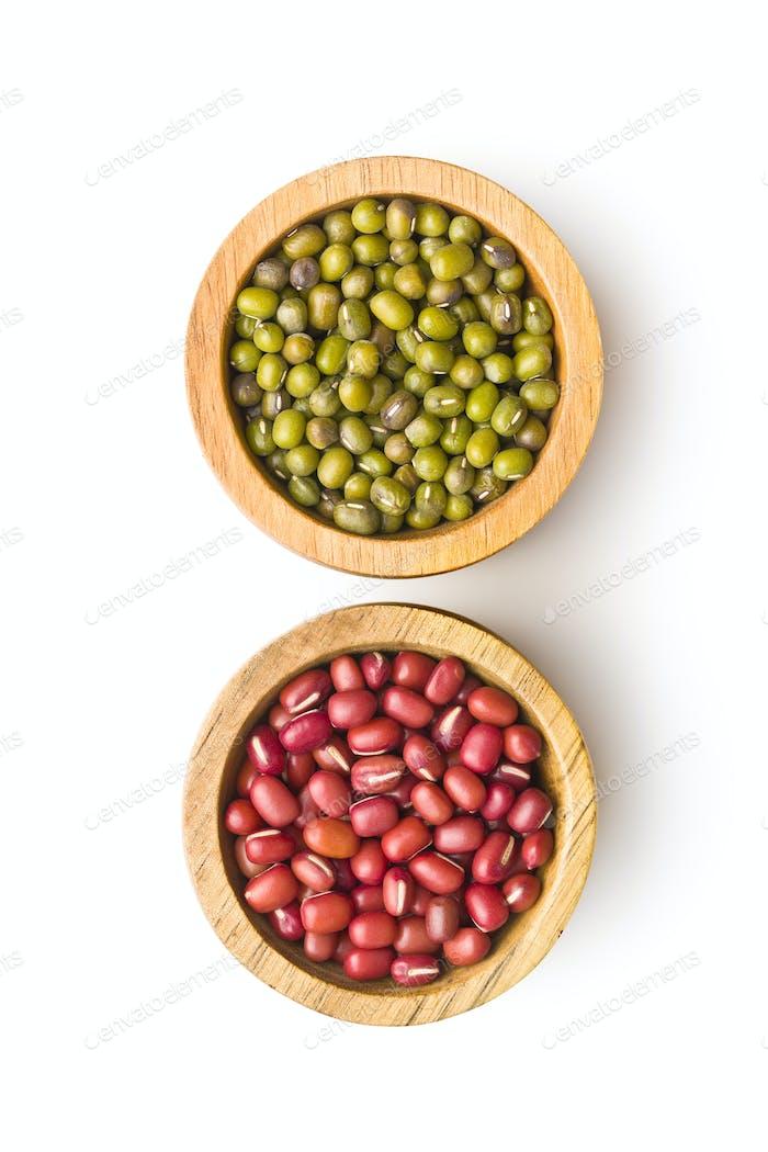 Rote Adzuki-Bohnen und grüne Mungo-Bohnen.