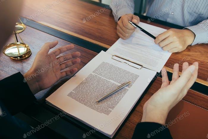 Der  Anwalt erklärte dem Mandanten die rechtlichen Fragen, die vor Gericht im Büro behandelt werden müssen.