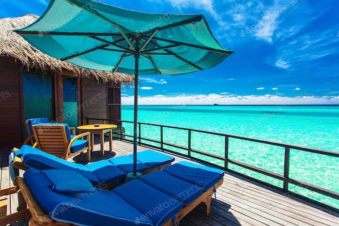 Überwasser Villa Balkon mit Blick auf grüne tropische Lagune