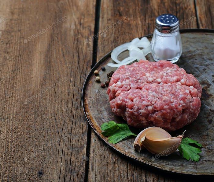 Rohes Hackfleisch zum Kochen Burger