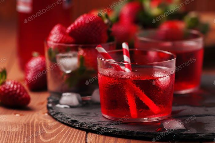 Frischer Erdbeercocktail auf dem Holztisch