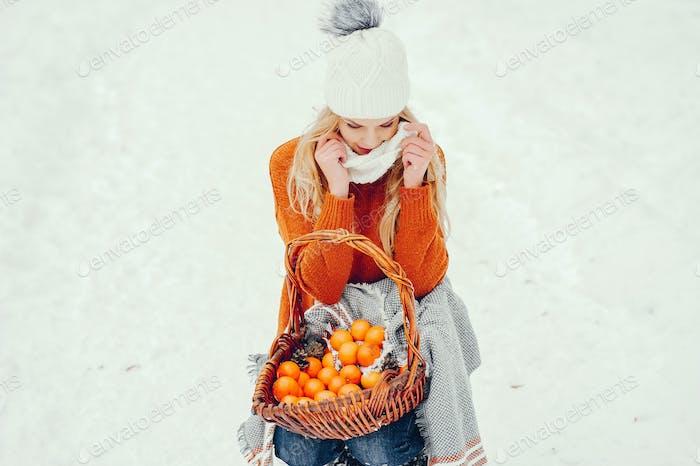 Schöne Mädchen in einem niedlichen orange Pullover