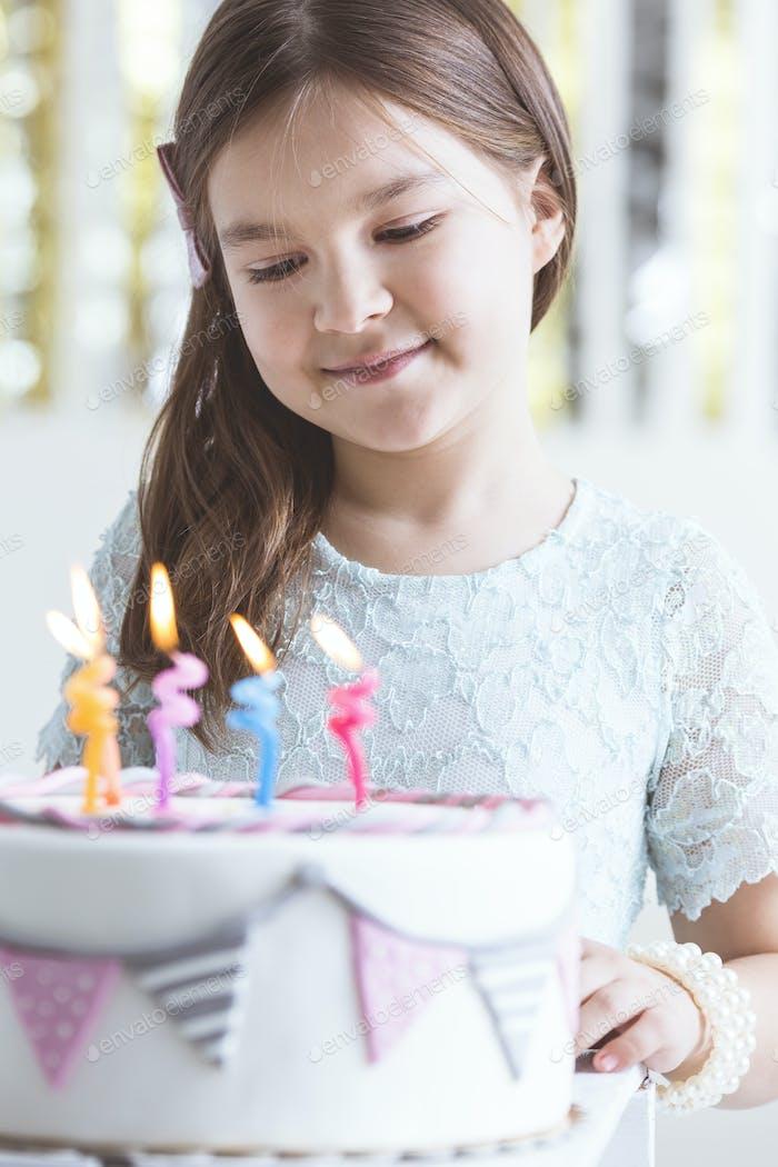 Niedliches Mädchen mit Geburtstagskuchen