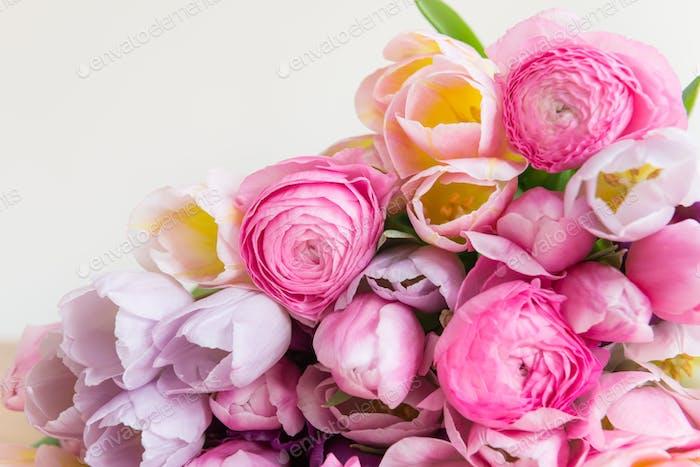 Bouquet de tulipes colorées et fleurs de renoncule rose
