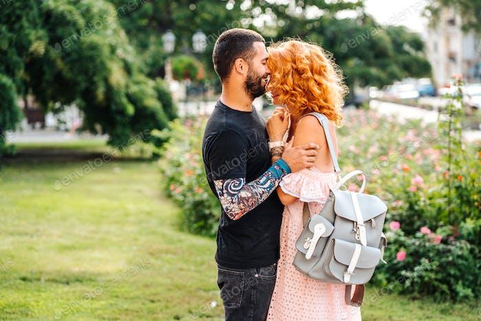 милые пару в летний парк