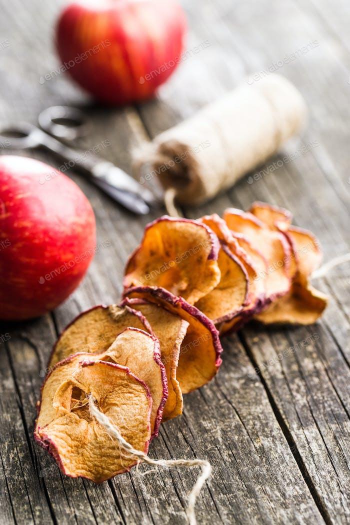 Leckere getrocknete Apfelscheiben.