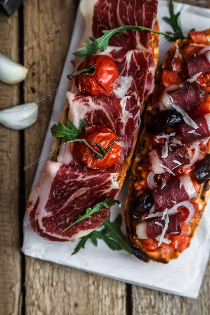 Traditionelle italienische Bruschetta mit Schinken und Wein