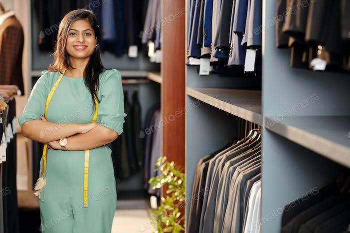 Junge indische Verkäuferin
