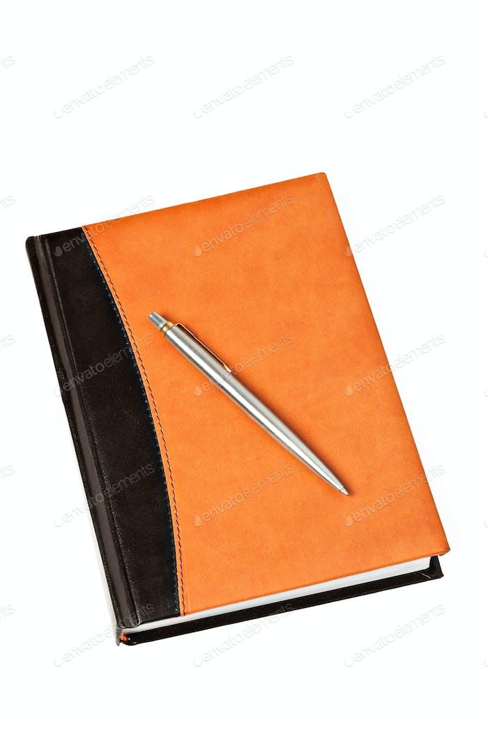 Tagebuch und Stift auf Tisch isoliert