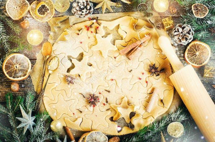 Ingwer Brot Kekse. Weihnachten Hintergrund mit Geschenken, Kerze, Zapfen, Zimtstangen, trocken orange