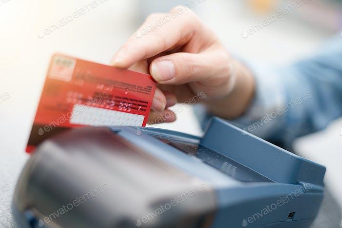 Deslizar la tarjeta de débito en el dispositivo lector de tarjetas